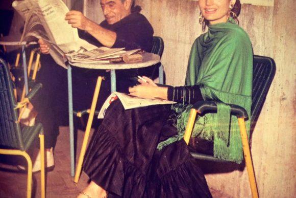 Aristotele Onassis con Jacquile Kennedy mentre legge il giornale al Bar funicolare di Capri