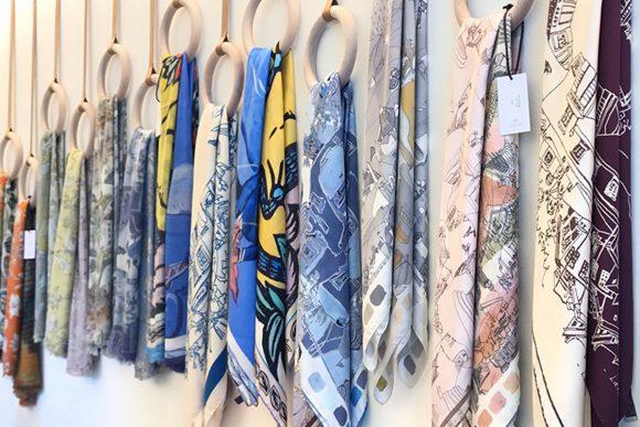 Foular e sciarpe con stampe delle opere di letizia cerio prodotte da Eco Capri