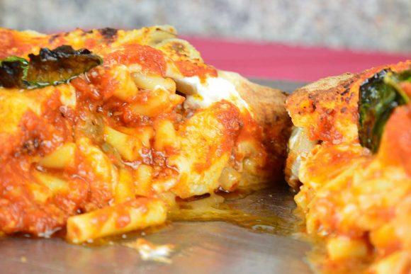 Pizza con ripieno di pasta al ragù. Alla pizzeria Acunzo una tradizione
