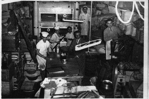 foto storica del laboratorio della pasticceria Bellavia