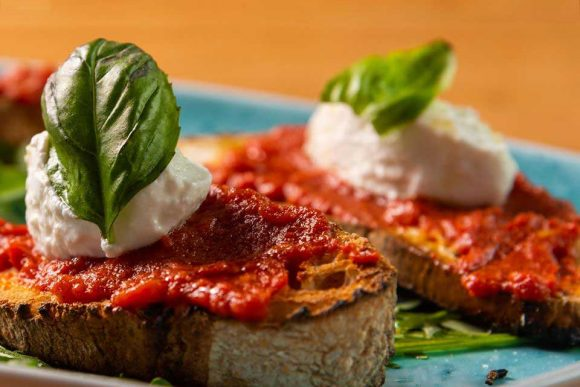 mangiare la pizza a Napoli da Raffaele Condurro